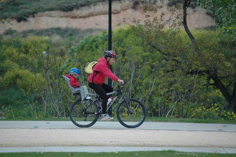 practicando ciclismo en familia