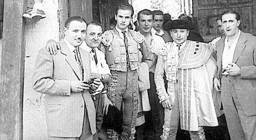 Antonio León, a las puertas de la plaza de toros de Arnedo en 1949