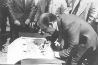 La firma del señor ministro, en las obras de la presa de Pajares