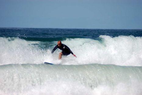Surf por todo lo alto entre dos olas