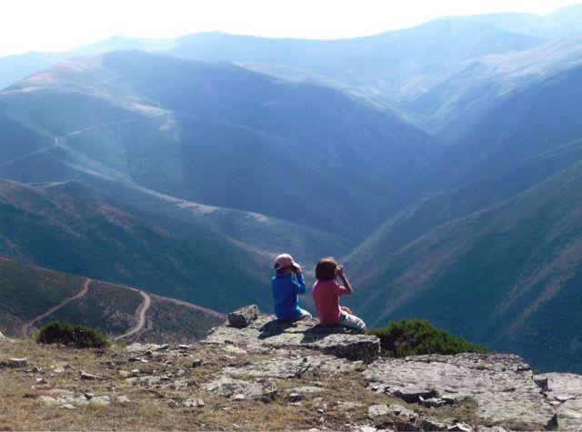 Una vista entre montañas