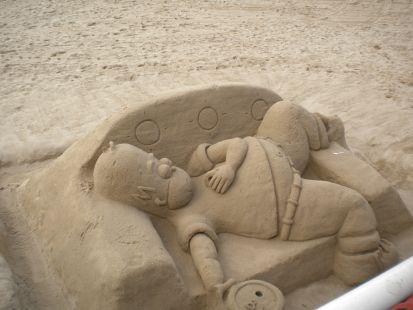 Que calor una siestita en la arena no esta nada mal