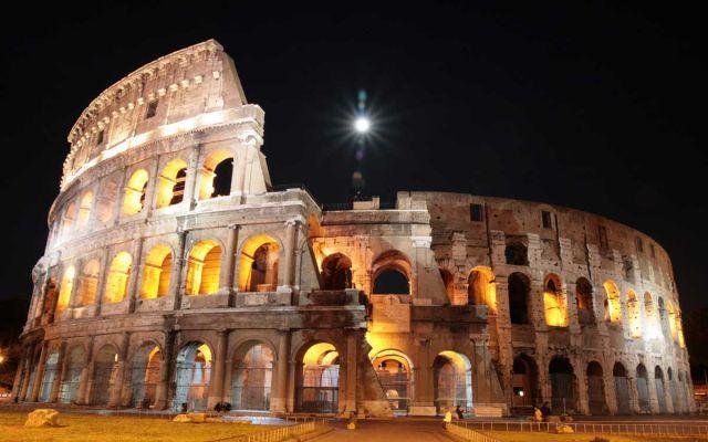 Luna llena sobre el Coliseo