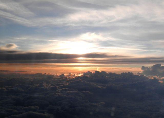 Puesta de sol por encima de las nubes