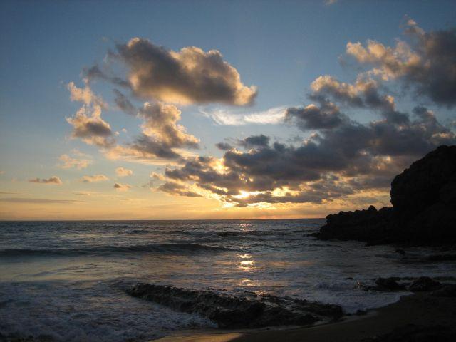 El sol nublado sobre el mar