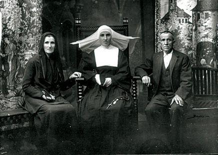 Unos padres con su hija monja