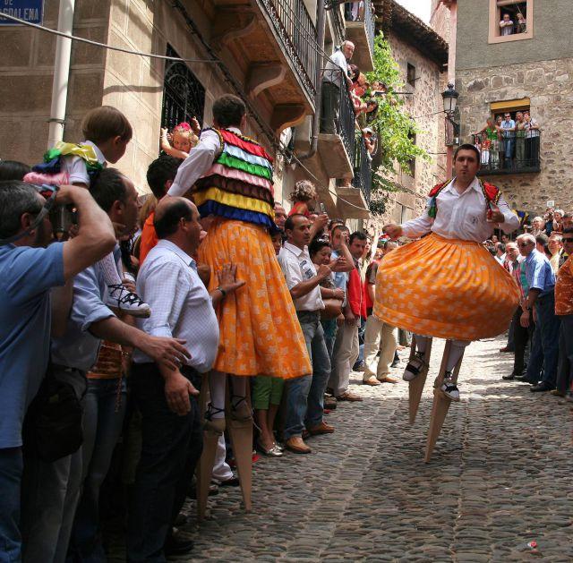 Danza de los zancos en Anguiano (La Rioja)
