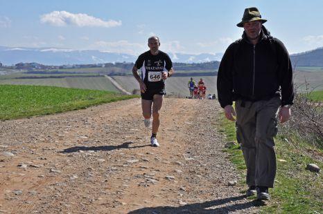 Un peregrino en medio de la V Medio Maratón del Camino