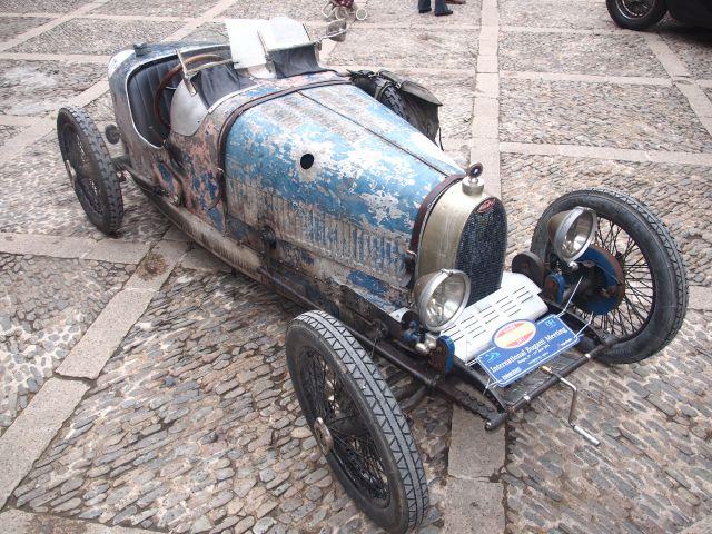 Hace falta humor para participar con este Bugatti