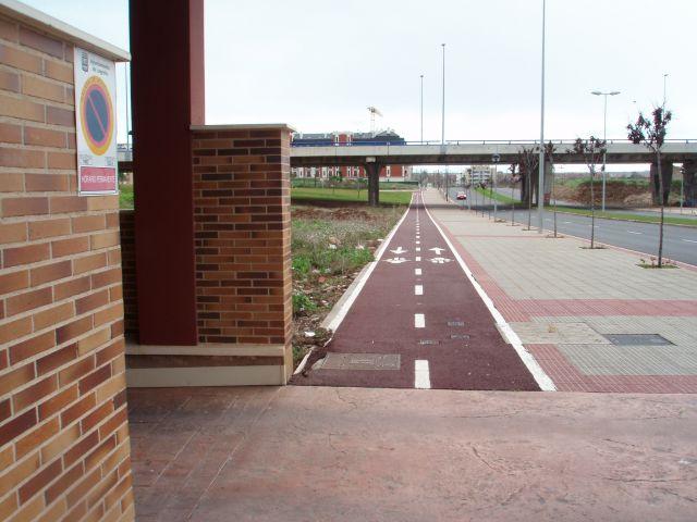 ¿quien atropellara a quien...? el coche al ciclista al salir de su garaje o la bicicleta al coche...