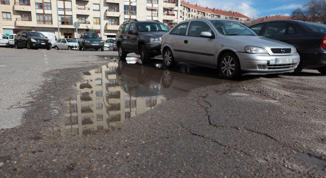 Baches y agua en el parking de los Golem