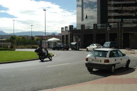 Mal aparcados en la glorieta de Los Lirios