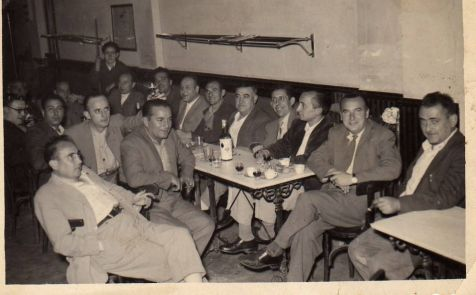 Tomando café en Arnedo en 1954