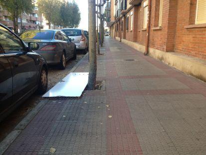 Un tablón tirado en plena calle