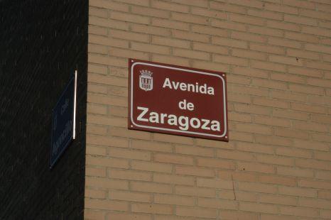 Una calle escrita de dos maneras