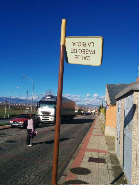 Un cartel a punto de caerse en Villamediana