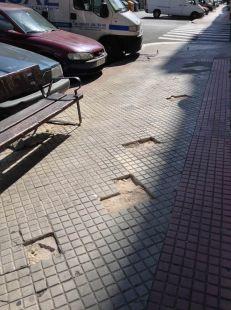 Baldosas levantadas en la calle Manzanera