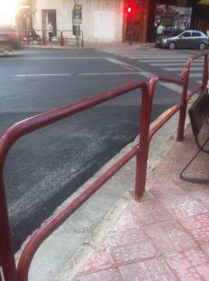 Una valla rota en el centro   de Logroño