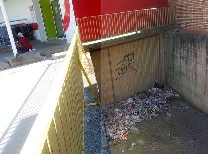 La basura se acumula en este garaje