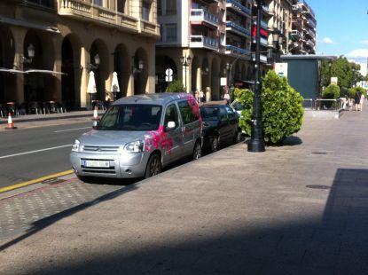 Gente que aparca en la parada de taxis