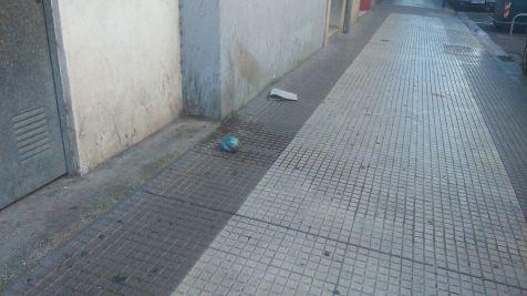 Basura en el suelo en Santos Ascarza