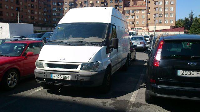 Furgón ocupando plaza de turismo en parking Pintor Rosales
