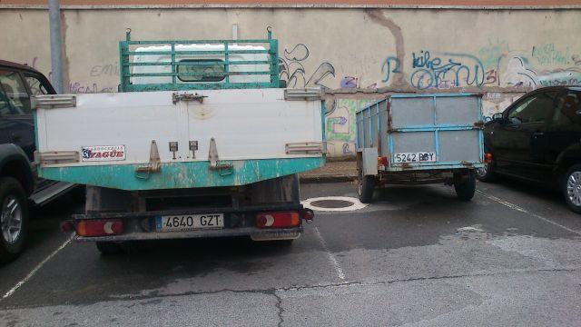 Camión y remolque ocupando 2 plazas reservadas a turismos