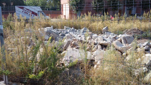 Suciedad y escombros en la calle Piqueras