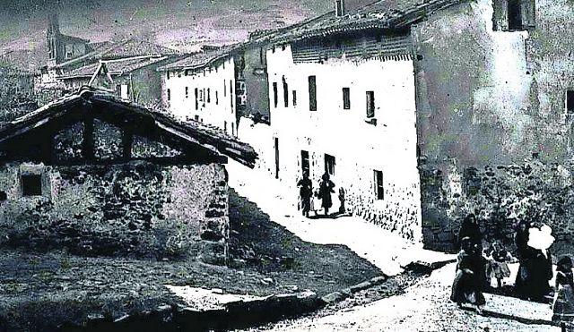 Vista de la plaza de Barriomirón de Valgañón