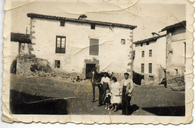 Posando en Valgañón en los años 50