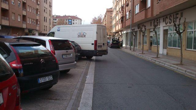 Furgón en parking turismos ocupando la calzada