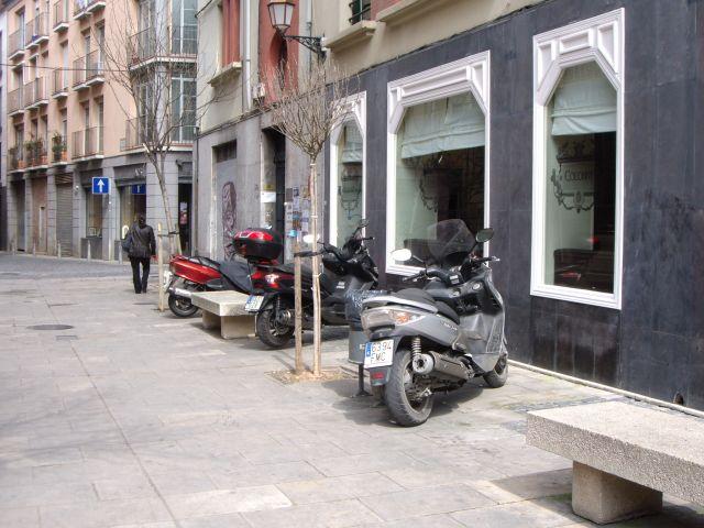 Calle Juan Lobo convertida en parking de motos
