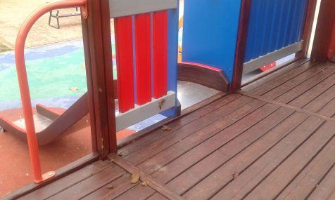 excrementos de perro en parque infantil